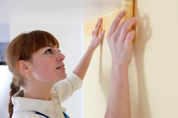 Как наклеить обои на стены и потолок