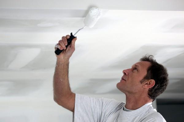Покраска потолка из гипсокартона: пошаговая инструкция