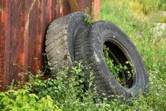Kak obustroit' avtonomnuju kanalizaciju s pomoshh'ju avtomobil'nyh pokryshek