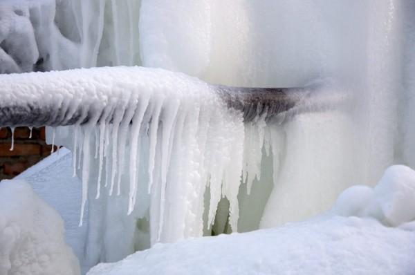 Чем и как утеплить трубы водопровода
