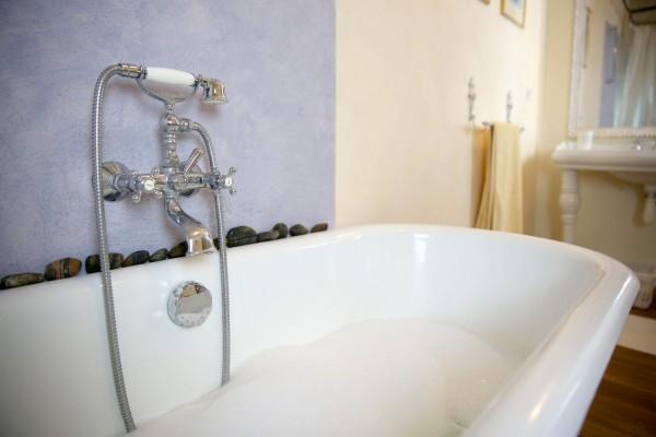 Способы самостоятельной реставрации чугунной ванны