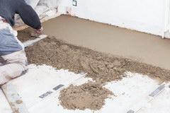 Vyravnivanie betonnogo pola pri pomoshhi suhih smesej
