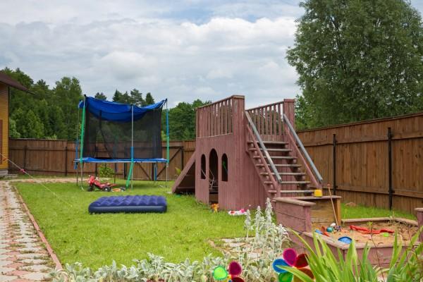 Обустраиваем детскую спортивно-игровую площадку на загородном участке своими руками