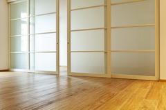 Razdvizhnye dveri: osobennosti konstrukcii i samostojatel'noj ustanovki