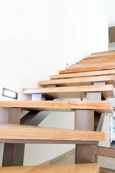 Особенности монтажа деревянной лестницы на металлическом каркасе