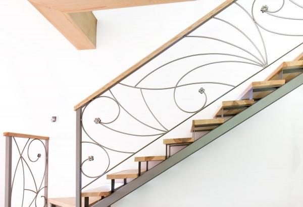 Лестница на металлическом каркасе с деревянной отделкой