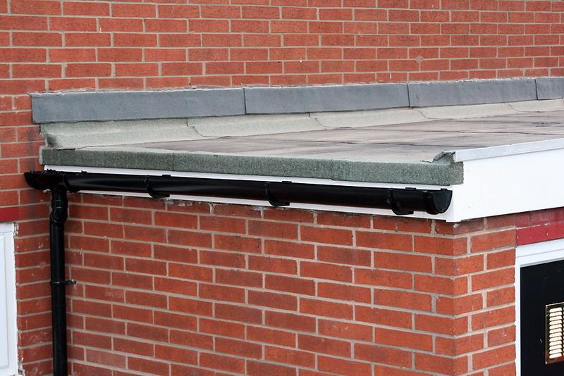 плоская крыша с водосточной системой