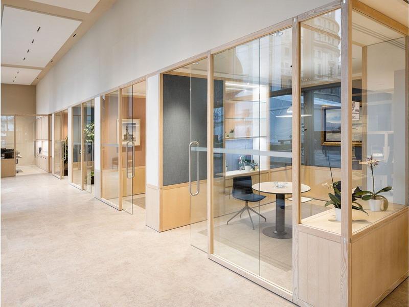 офисная перегородка из дерева и стекла